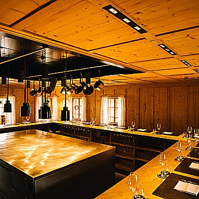 Rote Wand Chefs Table Raum c Pertramer